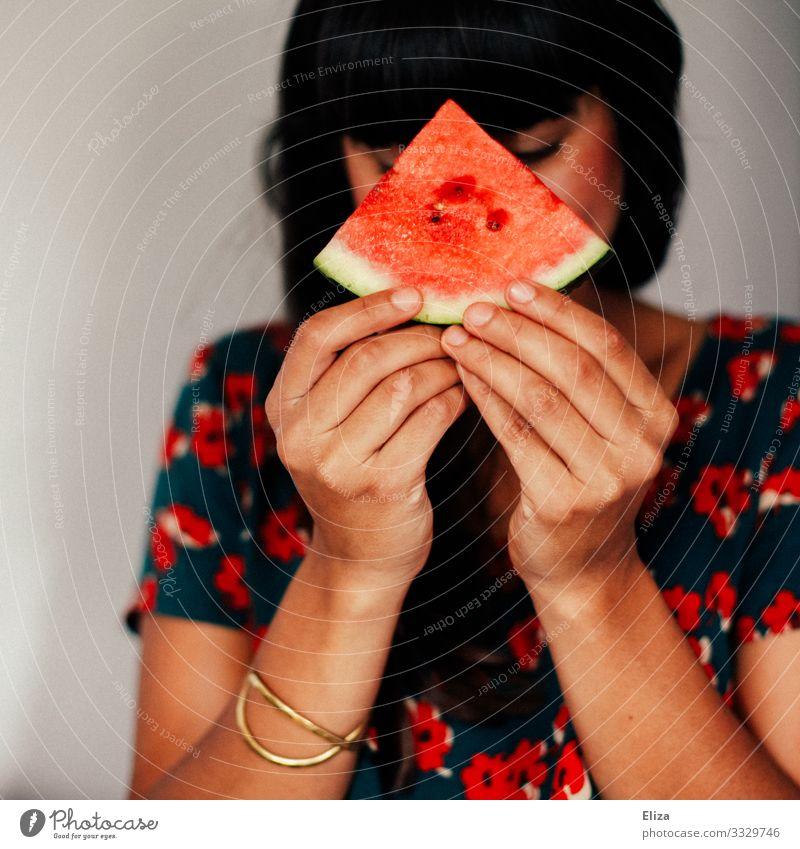 Melonenmädchen II Mensch feminin Junge Frau Jugendliche Erwachsene 1 13-18 Jahre 18-30 Jahre Neugier Wassermelone verstecken Gesunde Ernährung Speise Essen