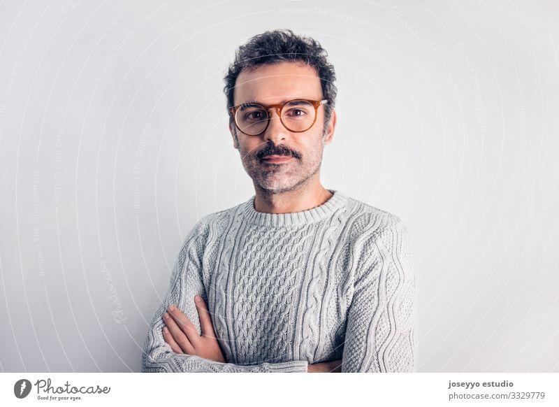 Mann mit Schnurrbart und Brille, stehend mit gekreuzten Armen. Erwachsene attraktiv braun Krebs Freizeitbekleidung selbstbewußt Coolness Textfreiraum