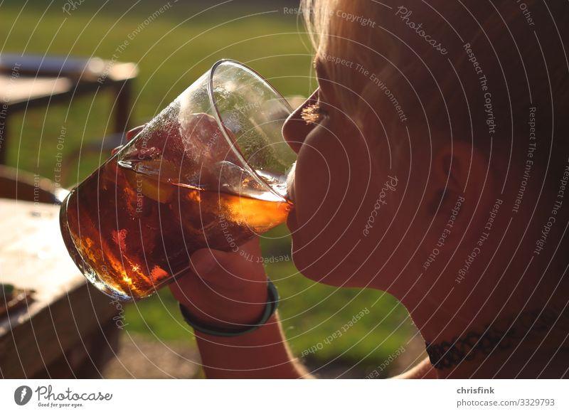 Mädchen trinkt aus Glas in Abendsonne Getränk trinken Erfrischungsgetränk Saft Longdrink Cocktail Mensch Kind Kopf 8-13 Jahre Kindheit Zeichen genießen Erotik