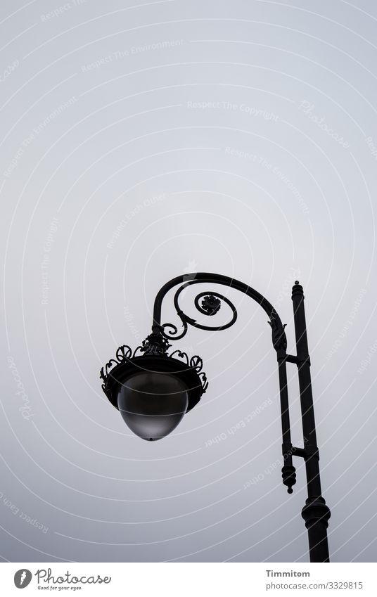 Ehrenwerte Lampe Himmel Wolken Bad Brückenau Glas Metall ästhetisch blau grau schwarz Gefühle ruhig Laterne Parkbeleuchtung Außenaufnahme Menschenleer Tag Abend