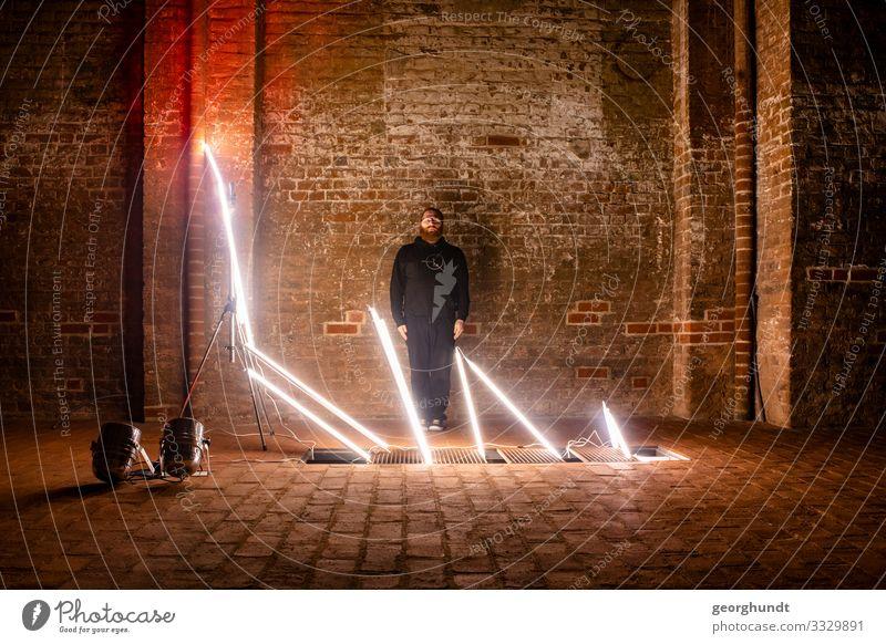 mobiler Lichtknast I Mensch Jugendliche Mann weiß dunkel 18-30 Jahre Architektur Erwachsene Wand Gefühle Gebäude Kunst Mauer maskulin leuchten träumen