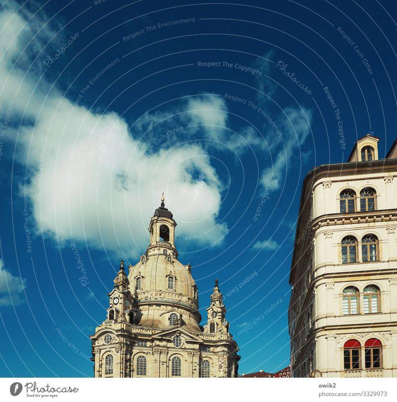 Ruhende Masse Himmel Wolken Frauenkirche Stadtzentrum Altstadt bevölkert Haus Kirche Bauwerk Gebäude Mauer Wand Fenster Sehenswürdigkeit Wahrzeichen Bekanntheit