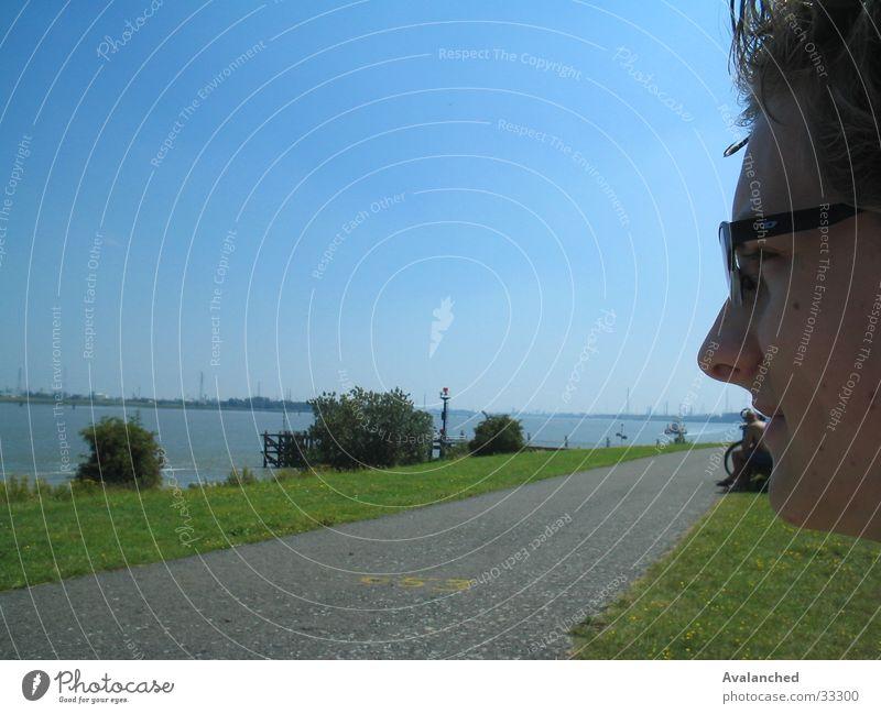Mann mit optischer Vorrichtung Mensch Wasser Meer Gesicht Gras Landschaft