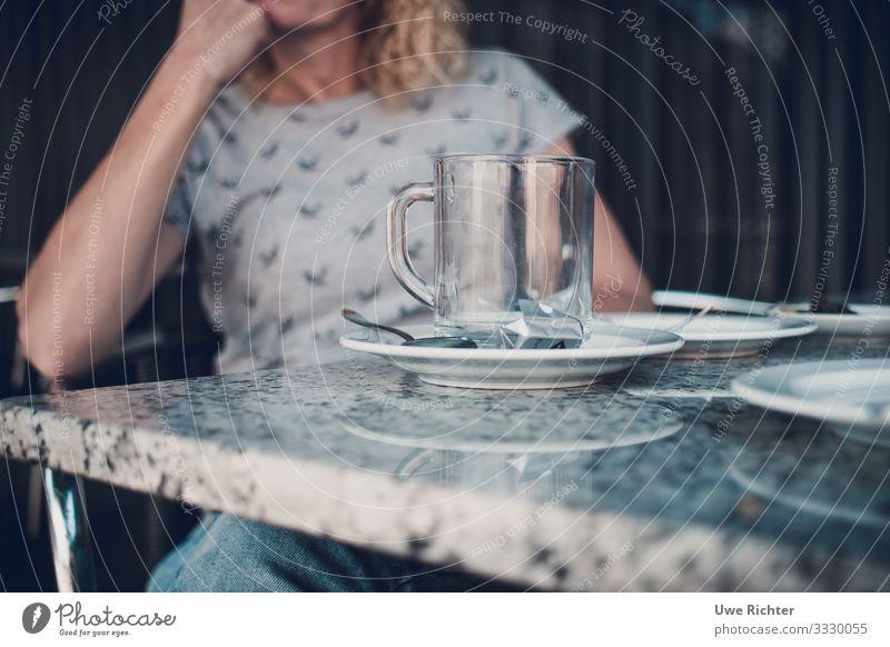Fau an einem Tisch hinter einer leeren Teetasse Kaffeetrinken Tasse Glas Löffel Zufriedenheit genießen Farbfoto Außenaufnahme Tag Schwache Tiefenschärfe