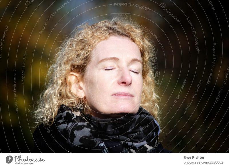 Frau genießt die Sonne feminin Erwachsene Gesicht 1 Mensch 45-60 Jahre Schal rothaarig langhaarig Locken atmen Erholung genießen träumen authentisch