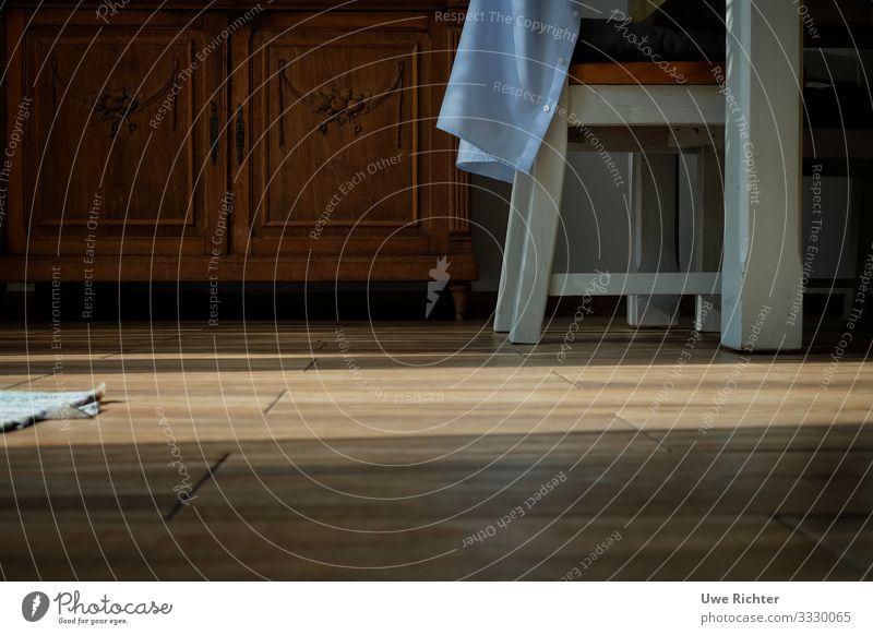 Alter Schrank mit Tisch und Stuhl im Sonnenlicht Häusliches Leben Wohnung Möbel Wohnzimmer Farbfoto Innenaufnahme Menschenleer Textfreiraum unten Abend