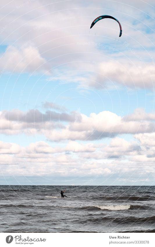 Kitesurfer auf rauher See unter rosa Wolken Lifestyle Sommerurlaub Meer Wellen Wassersport Kitesurfen 1 Mensch Ostsee Fitness Sport sportlich Abenteuer Bewegung