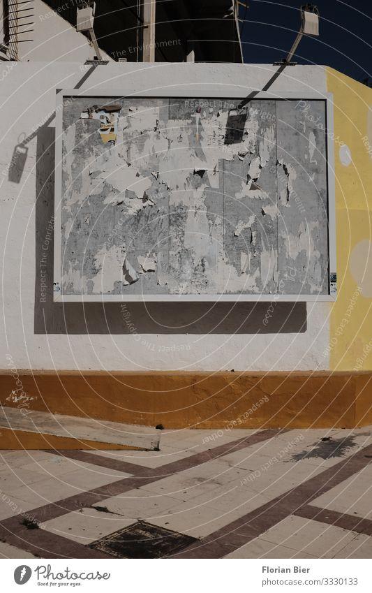 """Die Künstler ziehen weiter Plakatwand Stein Holz alt dreckig nackt Stadt braun gelb grau Vorfreude Neugier Inspiration Vergangenheit Vergänglichkeit """"Plakatwand"""
