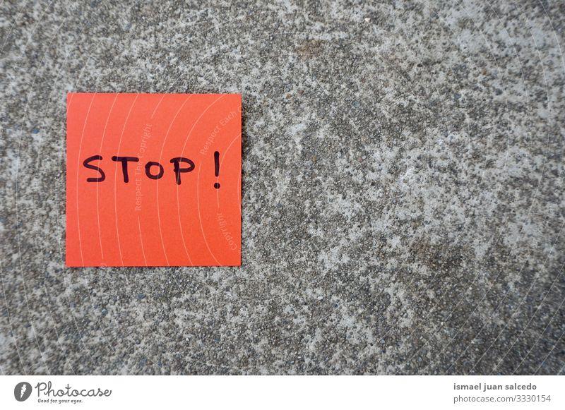 auf dem roten Papier an der Wand handgeschriebener Stopp Hinweis stoppen Nachricht Klebrig vereinzelt Zeichen Aushang Beitrag Memo Text Mitteilung Postkarte