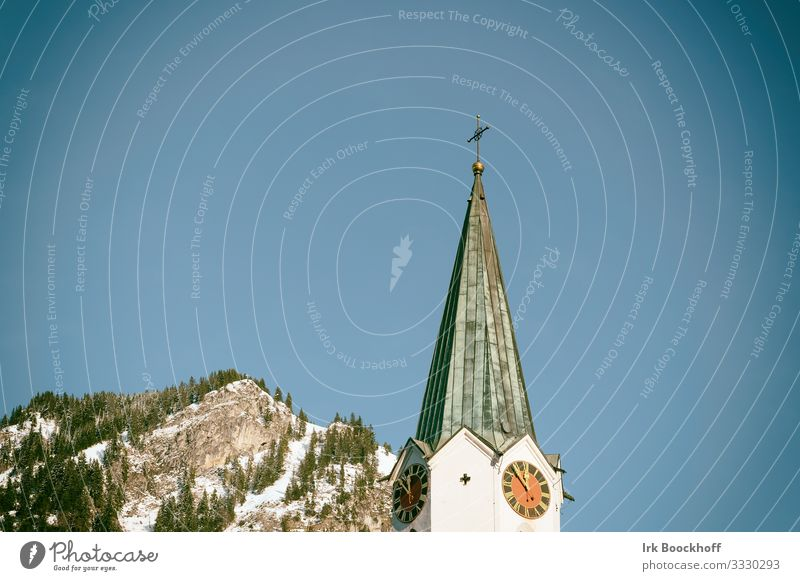 Kirchturm mit Berg im Hintergrund Ferien & Urlaub & Reisen Tourismus Ferne Winter Schnee Winterurlaub Berge u. Gebirge wandern Wintersport Skifahren Snowboard