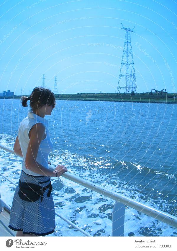 kleines Mädchen betrachtet Frau Wasser Meer Wasserfahrzeug Am Rand