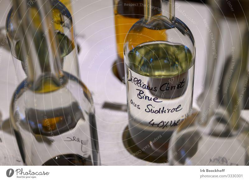 Flaschen im Restaurant gefüllt mit Obstbrand Getränk Alkohol Spirituosen Glas Lifestyle Stil trinken Feste & Feiern Sportstätten Gastronomie genießen