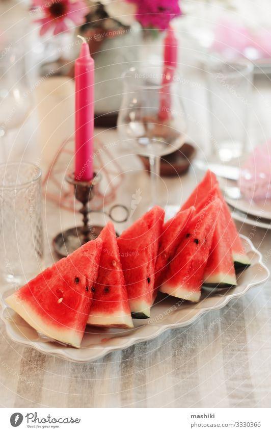 frische Wassermelonenscheiben, die auf dem Sommerfest serviert werden. Mittagessen Abendessen Festessen Teller Besteck elegant Garten Dekoration & Verzierung