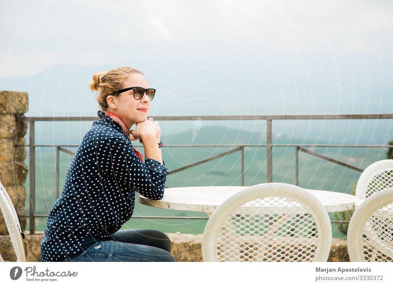 Junge Frau auf einer Terrasse mit schöner Aussicht Lifestyle Freude Ferien & Urlaub & Reisen Tourismus Tisch Restaurant Mensch feminin Jugendliche Erwachsene 1