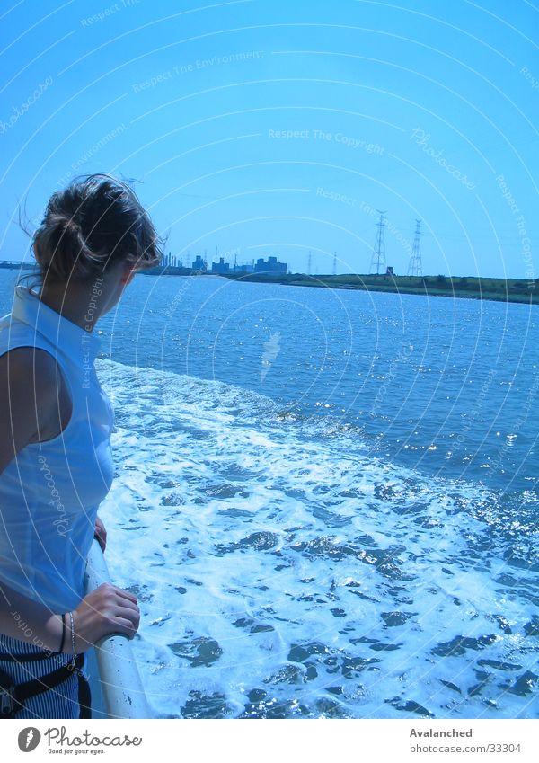 kleines Mädchen zum Meer Wasserfahrzeug Am Rand Frau Schaumgummi varen verte