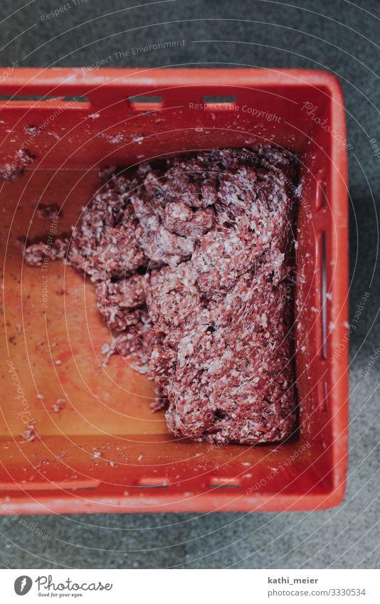 Beim Metzger II Lebensmittel Fleisch Wurstwaren Ernährung Handwerk rot Bratwurst regional Bioprodukte Bauernmarkt Hochformat Querformat roh Hackfleisch