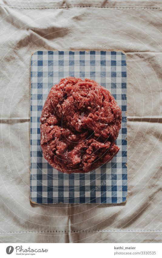 Mett auf Brett Gesunde Ernährung blau rot Gesundheit Lebensmittel Essen Lifestyle kaufen Bioprodukte Geschirr Jagd Abendessen Fleisch Mittagessen Schneidebrett