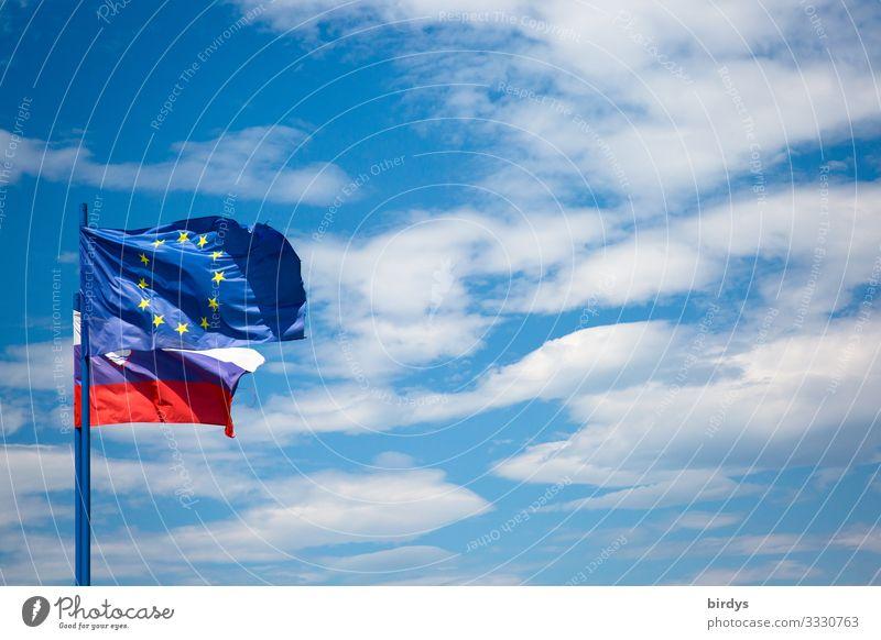 EU-Flagge in Slowenien Himmel Wolken Schönes Wetter Wind Europa Zeichen Fahne authentisch frei positiv blau gelb rot weiß Zufriedenheit selbstbewußt Vertrauen