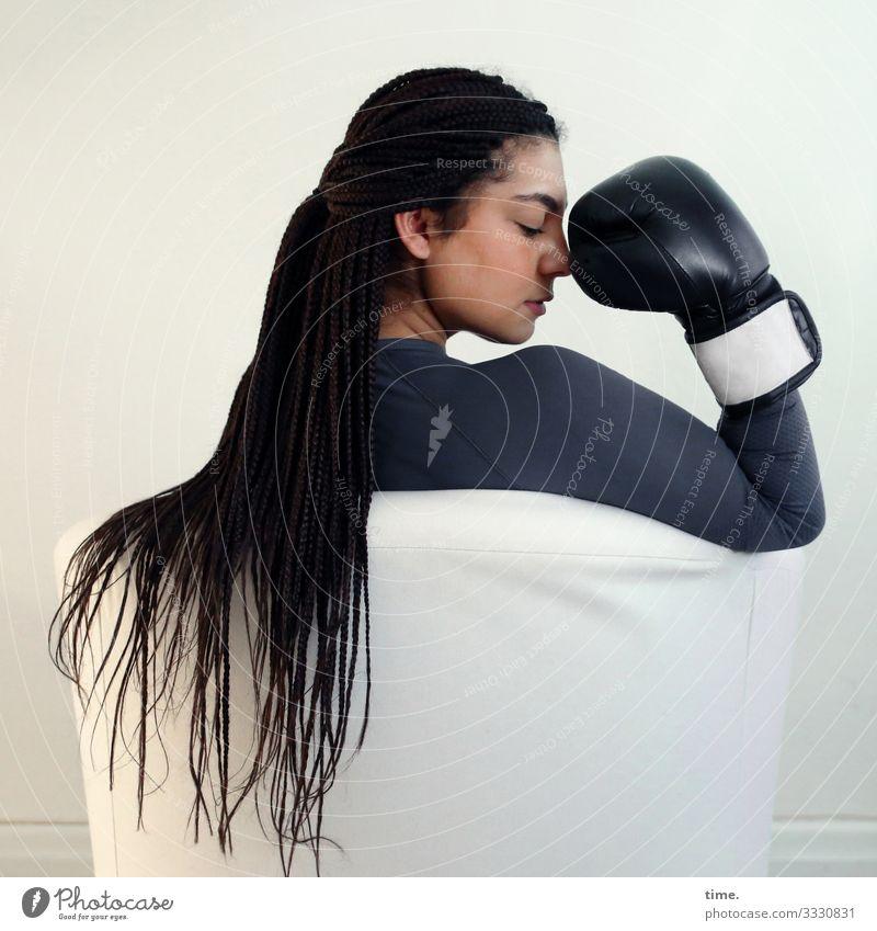 Nikolija Sessel Boxhandschuhe feminin Frau Erwachsene 1 Mensch T-Shirt brünett langhaarig Denken sitzen Willensstärke Leidenschaft Wachsamkeit gewissenhaft