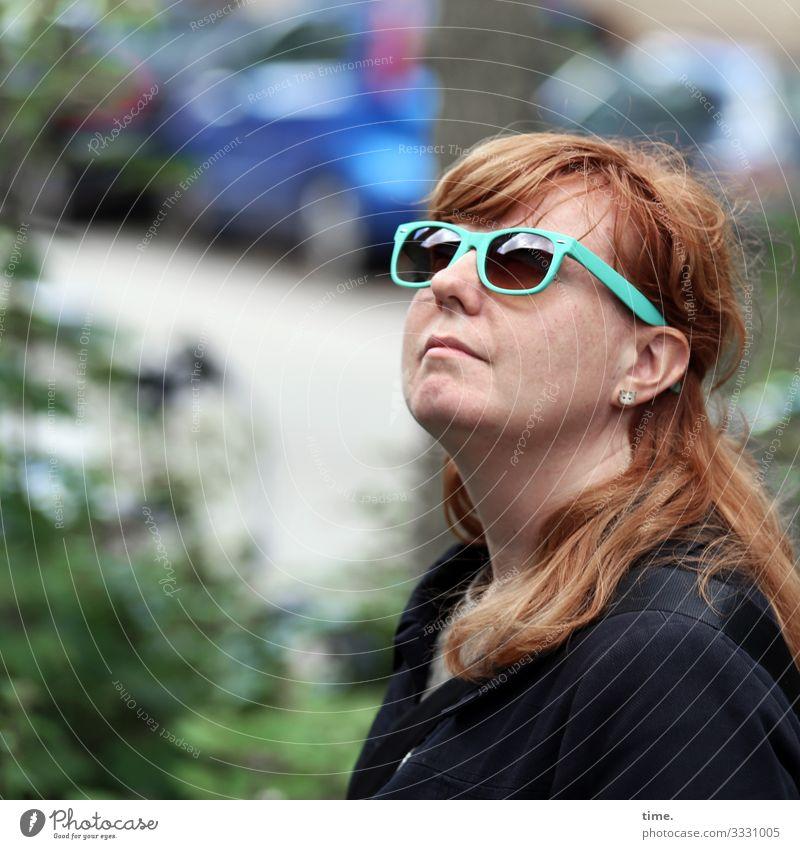 Architekturstudium feminin Frau Erwachsene 1 Mensch Schönes Wetter Pflanze Sträucher Hamburg Verkehr Straße PKW Jacke Schmuck Ohrringe Sonnenbrille rothaarig