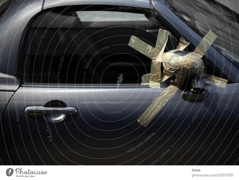 Erste Hilfe trashig Tageslicht sonnenlicht auto glas fenster blind schatten außenspiegel klebeband kfz kaputt lack kreativität hilfe autotür