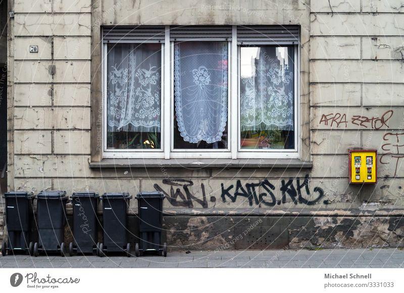 Kaugummiautomat an einer Hauswand Süßwaren Glück Kultur Vergangenheit Vergänglichkeit Wandel & Veränderung altmodisch Kaugummikasten Farbfoto Außenaufnahme