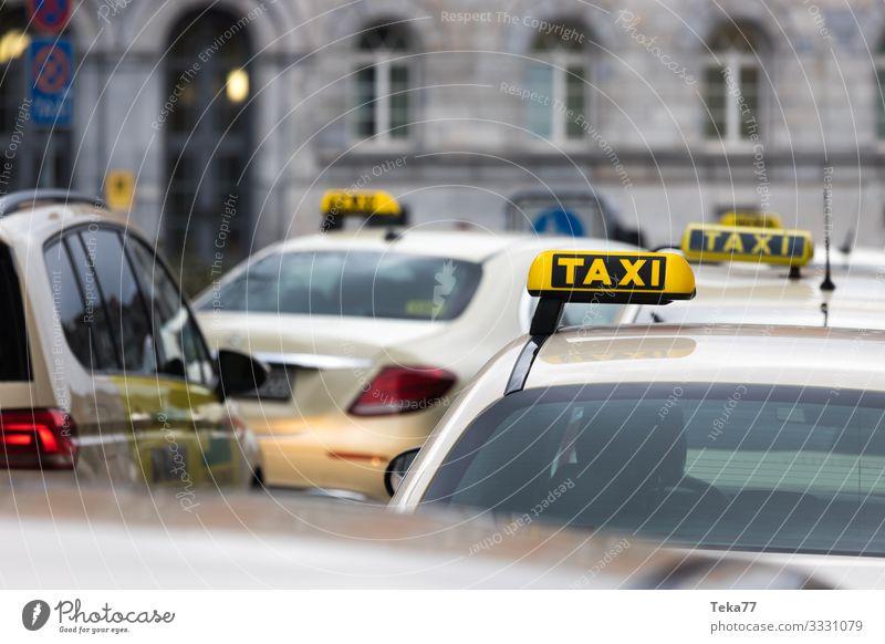 #Taxis Verkehr Verkehrsmittel Verkehrswege Autofahren Abenteuer Taxistand Farbfoto Außenaufnahme