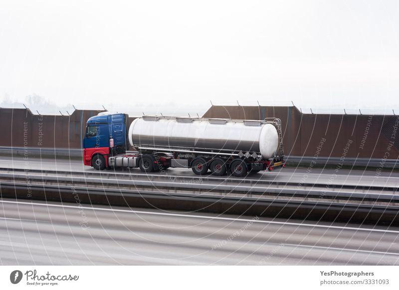 Zisterne in Bewegung auf einer Autobahn. Schneller Tank. Selektiver Fokus Güterverkehr & Logistik Verkehr Verkehrswege Straßenverkehr Fahrzeug Lastwagen