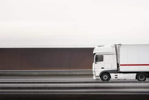 Weißer Lastwagen auf einer Autobahn. Lastwagenschwenkung. Selektiver Fokus Güterverkehr & Logistik Verkehr Straßenverkehr Fahrzeug Container fahren
