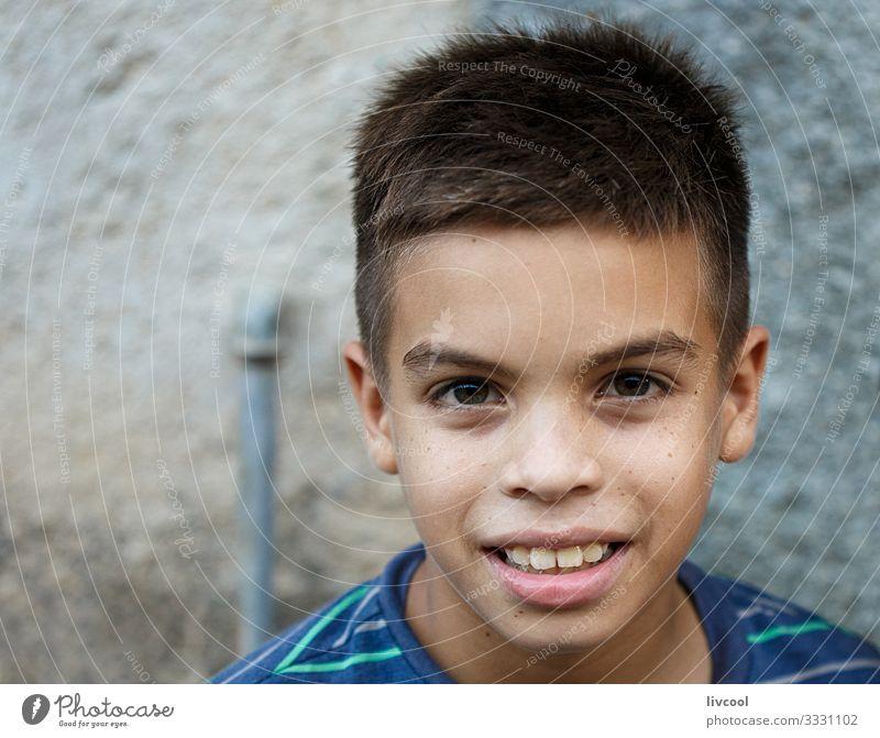 gutaussehender junge in den strassen von camaguey , kuba Lifestyle kaufen Stil Glück schön Leben Spielen Ferien & Urlaub & Reisen Ausflug Insel Kind Mensch