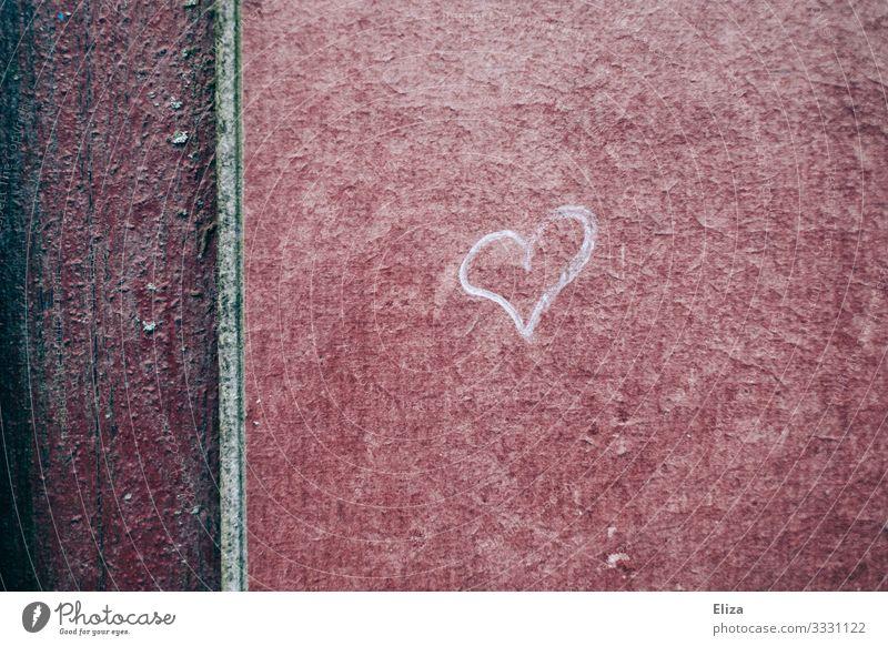 Kleines Herz aus Kreide an einer Hauswand urban gemalt Textur rot Struktur Symbol Liebe Wand