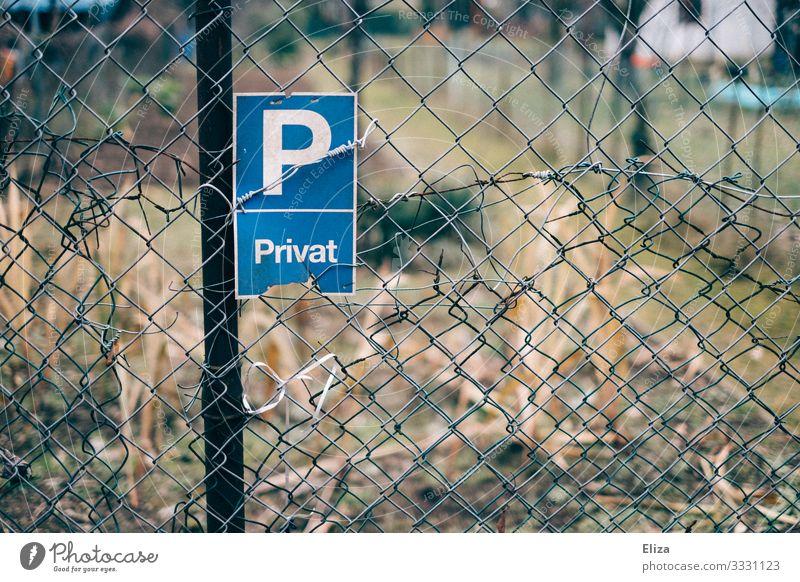 Privat Zaun Verbote Maschendrahtzaun Parkverbot privat privatparkplatz blau Garten Natur Schrebergarten kaputt Farbfoto Außenaufnahme Menschenleer Tag