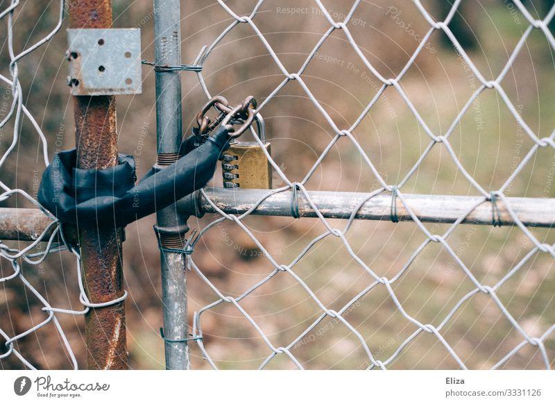 Zu Zaun Sicherheit Schloss zahlenschloss geschlossen Geborgenheit Maschendraht Maschendrahtzaun Tor Garten Hof Einfahrt Eingangstor Einbruchsicher Rost alt