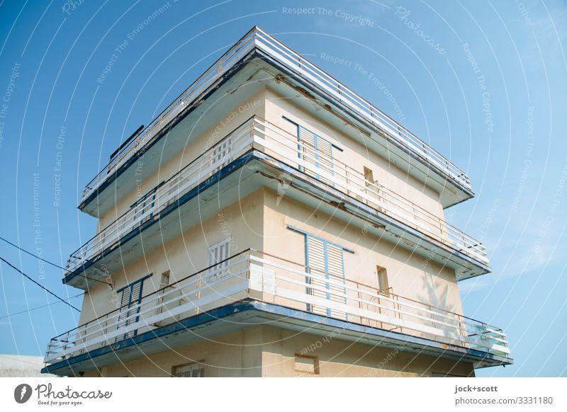 griechisches Haus Wolkenloser Himmel Griechenland Ferienhaus Fassade Balkon Geländer Balkontür geschlossen authentisch modern braun Schutz Qualität Stil