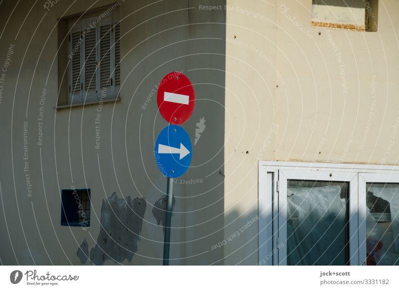 Erst links, jetzt rechts, dann geradeaus Haus Mauer Fenster Ecke Verkehrszeichen Verkehrsschild richtungweisend Durchfahrtsverbot Pfeil authentisch eckig Wärme