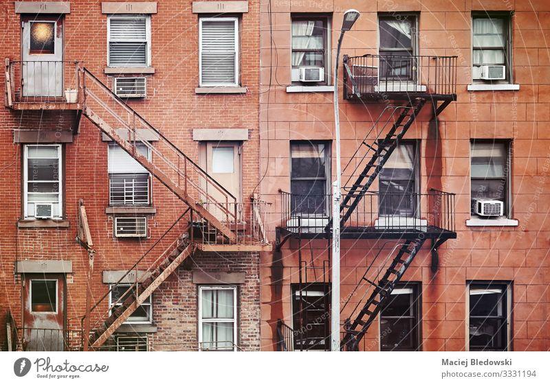 Alte Wohngebäude in Manhattan mit Feuerleitern, New York. Häusliches Leben Wohnung Haus Hausbau Stadtzentrum Gebäude Architektur Mauer Wand Treppe Fassade