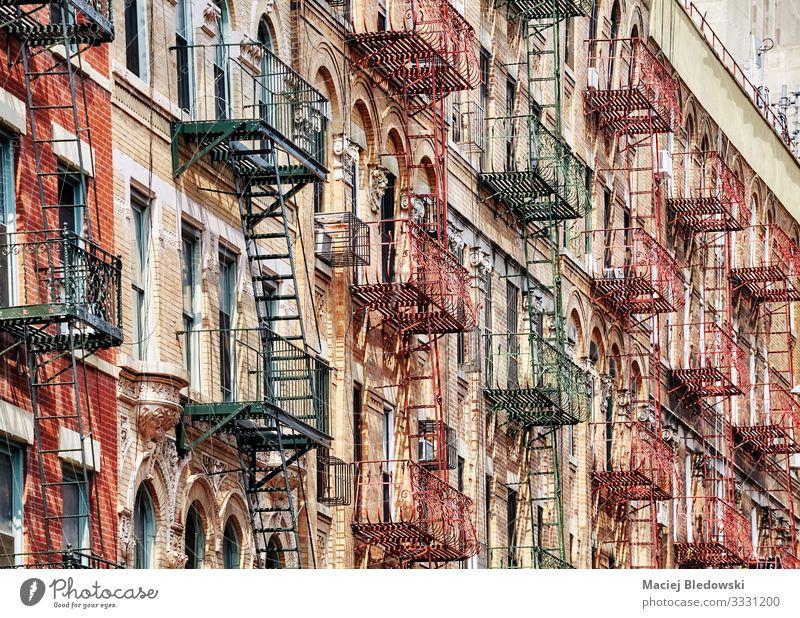 Alte Wohngebäude in Manhattan mit Feuerleitern, New York. Sightseeing Städtereise Wohnung Haus Hausbau Stadt Stadtzentrum Gebäude Architektur Mauer Wand Treppe