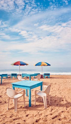 Tische und Stühle an einem tropischen Strand. exotisch Erholung Ferien & Urlaub & Reisen Tourismus Ausflug Sommer Sommerurlaub Meer Insel Stuhl Restaurant Sand