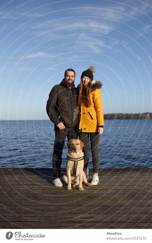 Pärchen mit blondem Labrador auf Steg an der Ostsee Lifestyle Freude Glück schön harmonisch Ausflug Meer Junge Frau Jugendliche Mann Erwachsene Paar 18-30 Jahre