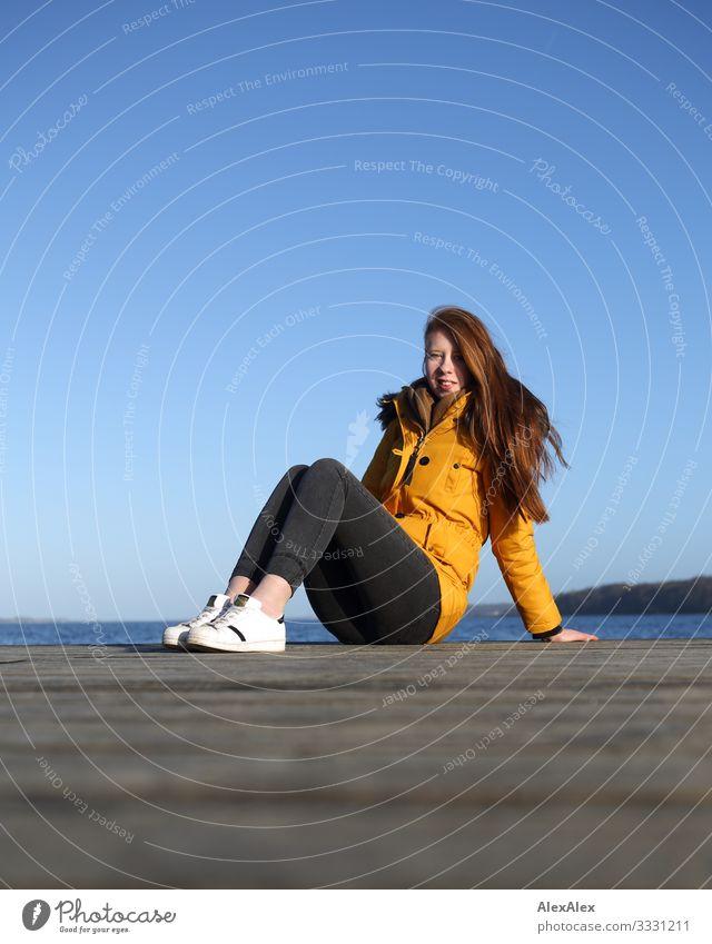Junge Frau sitzt auf einem Steg am Meer Lifestyle Freude schön Wohlgefühl Ferien & Urlaub & Reisen Ausflug Holzfußboden Jugendliche 18-30 Jahre Erwachsene