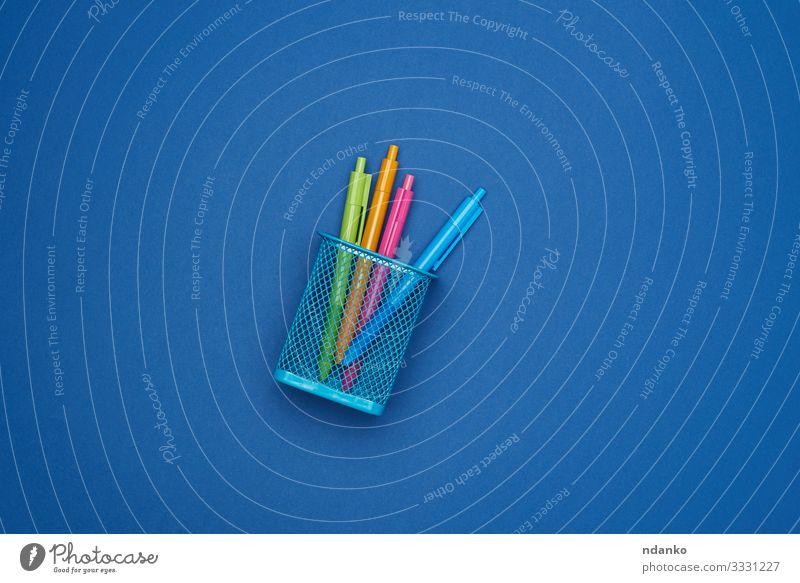 mehrfarbige Kunststoff-Kugelschreiber Schule Business Container Schreibstift Metall trendy blau Idee Hintergrund Korb Behälter Entwurf entsorgen Gerät Müll
