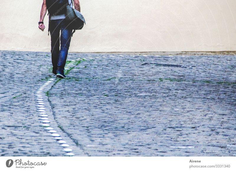 der Einzelgänger Mann Jeans Beine Arme Tasche Straße Kopfsteinpflaster Pflaster Fußgänerzone Fußgänger allein einzeln gehen Gang Linie vorgezeichnet vorwärts