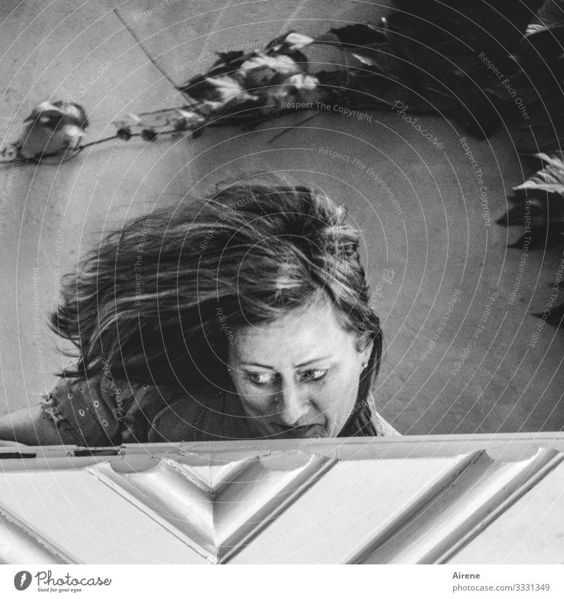 Als die junge Frau ihr Haar löste, stellte sie fest, dass es langsam Zeit für einen Friseurbesuch wurde. Haare Frisur Wind wehen langhaarig Wegsehen Tür