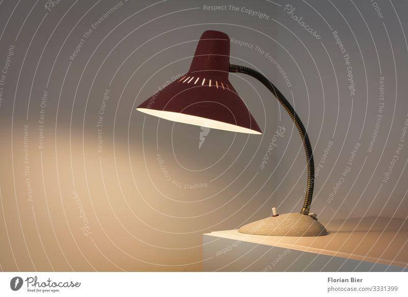 Lampe Lampenlicht Lampenschirm Schreibtischlampe altehrwürdig Metall Denken lernen lesen leuchten machen schreiben Häusliches Leben hell klein retro schön gelb