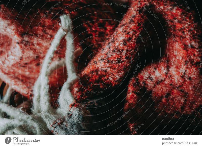 Detail der warmen Wollkleidung Wolle Wollstoff Textur Textil weich Winter Oberfläche Kontrast winken rot schwarz weiß Kleidung Bekleidung Mode Tapete abstrakt