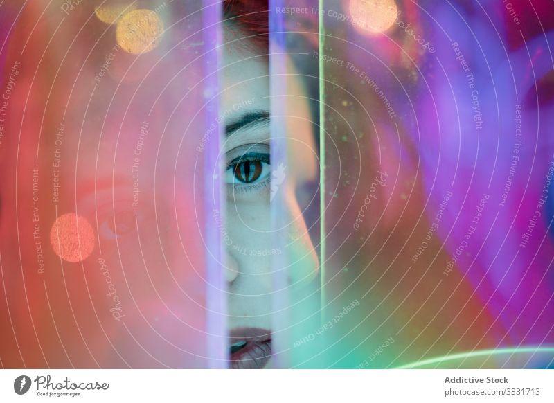 Weiblicher Teenager in Neonlicht Hipster Stil neonfarbig Zeichen Frau lässig Körperhaltung Mode Licht cool Design brünett Kultur tausendjährig Kunst Großstadt