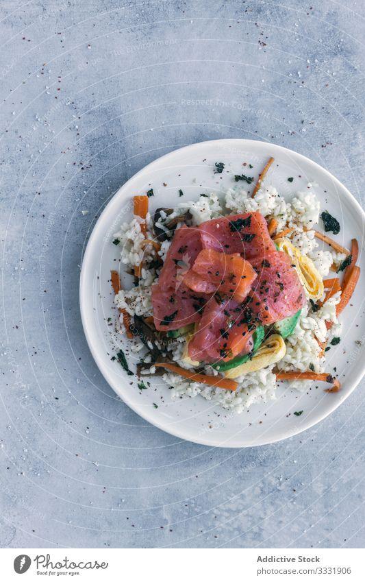 Leckerer krümeliger Reis mit Lachs und Gemüse auf Leinen auf dem Tisch Speise Asiatische Küche Mahlzeit stoßen frisch Lebensmittel Gesundheit Fisch Amuse-Gueule