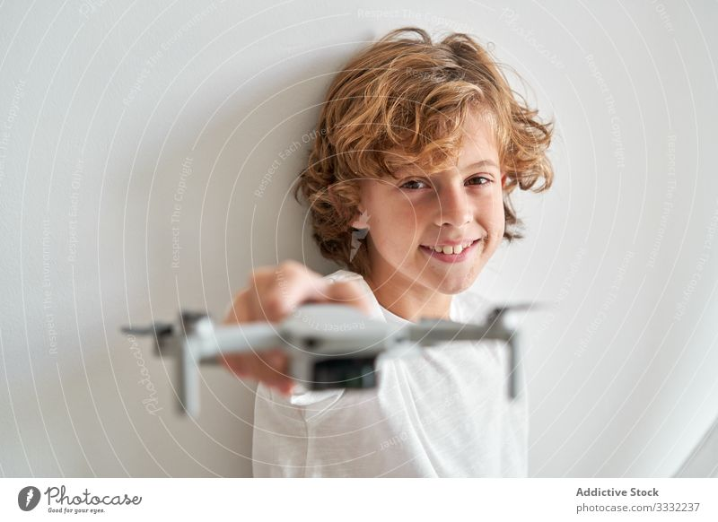 Kind manipuliert eine Drohne und die ihm gerade gegebene Fernbedienung Dreharbeit Hobby Roboter Bewegung Antenne Technik & Technologie Fotografie Pilot