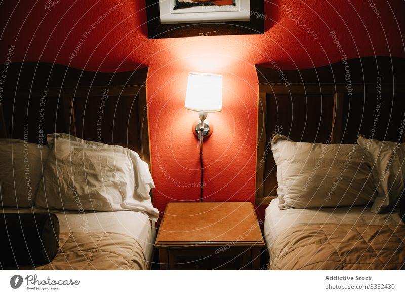 Hotelzimmer mit Betten und Lampe Schlafzimmer sich[Akk] entspannen reisen Abenteuer ruhen Tourismus Urlaub USA Venice Beach besuchen Ausflug Wochenende lässig
