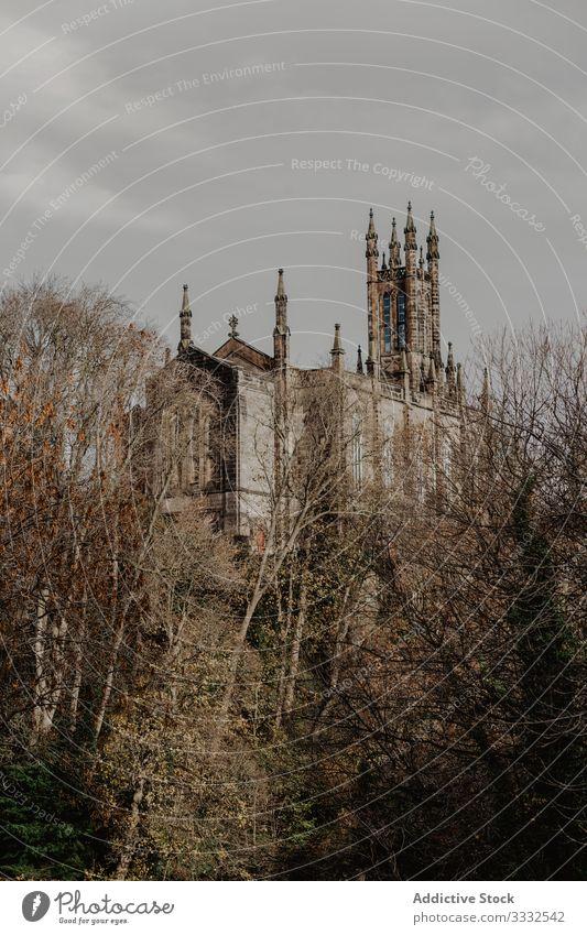 Altes Gebäude gegen bewölkten Himmel Haus alt Stadt schäbig wolkig Turm Röhren Auspuff historisch Fassade Außenseite Struktur Konstruktion gealtert antik